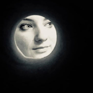 People Are Taking Selfie Through A Toilet Roll To Look Like The Moon.