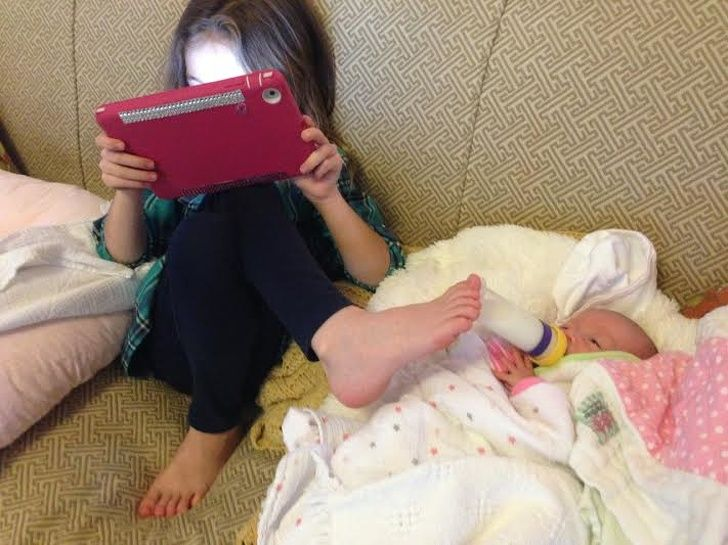 Hilarious kids: See how good this sister is at multitasking!