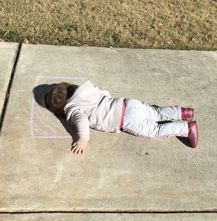 Hilarious kids: She drew a pillow with chalk and slept on it. How intelligent the kids can be!