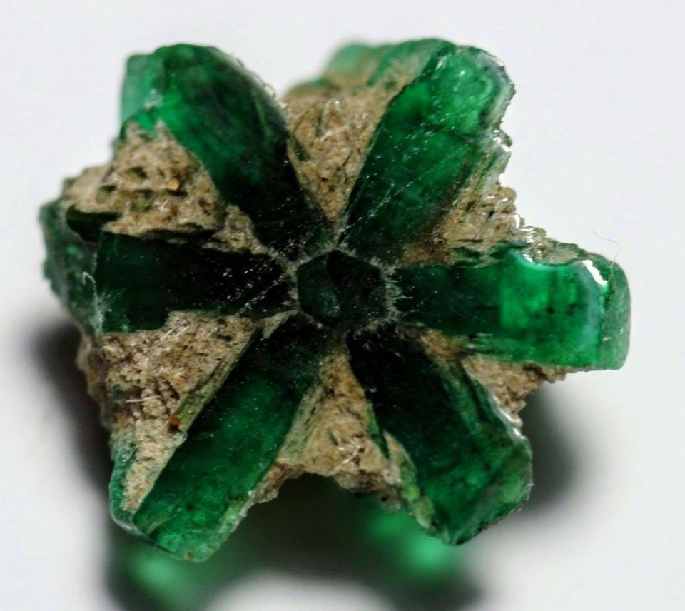 tripache emerald was penetrated with carbon during its formation